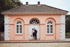 Paar bei Schloss Jever Doors, Outdoor Decor, Home Decor, Paper Mill, Nordic Lights, Newlyweds, Decoration Home, Room Decor, Home Interior Design