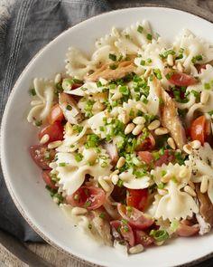 Gerookte makreel smaakt heerlijk in deze originele pastasalade met farfalle, kerstomaatjes, eitjes en pijnboompitten. Ideaal als lunch of op een picknick! Fish Recipes, Pasta Recipes, Salad Recipes, Healthy Recipes, Good Food, Yummy Food, Food Goals, Happy Foods, Salad Bar
