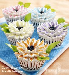 Mum's Cupcakes How-To, Make Cute Flower Cupcakes For Mother's Day Book Cupcakes, Easter Cupcakes, Flower Cupcakes, Yummy Cupcakes, Cupcake Cookies, Cupcake Bouquets, Colored Cupcakes, Cupcake Party, Wedding Cupcakes