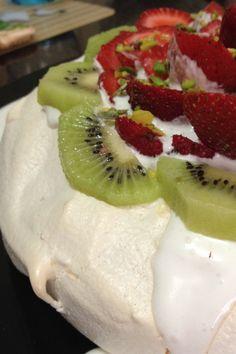 Pelit pastanelerinde satılan bu tatlıya bayılırım ve hep bir tarif arayış Pie Recipes, Dessert Recipes, Cooking Recipes, Pavlova Recipe, Food Website, Rice Vinegar, Bon Appetit, Iftar, Strawberry