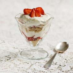 All the deliciousness of strawberry cheesecake is here in this 15 minute parfait recipe! Strawberry Cheesecake, Strawberry Recipes, Cheesecake Recipes, Dessert Recipes, Easter Recipes, Yummy Treats, Delicious Desserts, Sweet Treats, Yummy Food