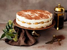Herkullisen kahvin ja irish creamin maustama rahka tuo makua italialaisen tiramisun henkiseen kakkuun. Kahvilla kostutetut ladyfingersit toimivat kakkukerroksina näyttävälle, mutta silti melko helppotekoiselle kakulle.
