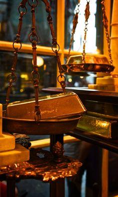 A Magical Look Inside Diagon Alley at Universal Studios, Orlando: http://www.davonnajuroe.com/magical-look-inside-diagon-alley-universal-studios-orlando/ #HarryPotter #DiagonAlley #UniversalStudios #Orlando #Gringotts #Gold