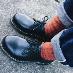 Doc Martens have been in style for almost 60 years, discover what made them so popular. We also discuss how to wear them in style! Dr. Martens, Red Doc Martens, Doc Martens Boots, Doc Martens Outfit, Fish Net Tights Outfit, Dr Martens Style, Unisex Fashion, Fashion Edgy, Mens Fashion