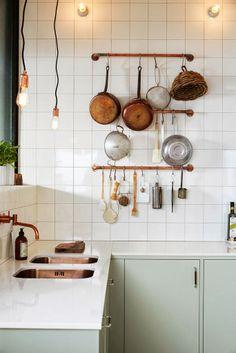 Grüne Küche mit Messing Töpfe