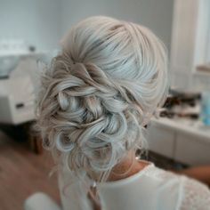Romantic updo by Sarah at The Blowout Bar in Columbus, Ohio. … Romantische Hochsteckfrisur von Sarah in der Blowout Bar in Columbus, Ohio. Bridal Hair And Makeup, Hair Makeup, Bridal Hair Updo Loose, Low Bridal Updo, Low Updo, Wedding Braids, Hair Wedding, Wedding Upstyles, Wedding Hair Chignon