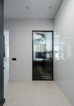 Modern lakberendezés új építésű kis lakásban - 39m2-es keskeny egyszobás tér ügyes kialakítása - zónák, funkcionalitás Living Room Kitchen, Oversized Mirror, Modern, House, Inspiration, Furniture, Design, Home Decor, Style