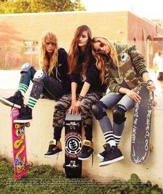 Omffggg I love there skater grunge look. I wish I looked this grunge when I skated! Skater Girl Style, Skater Girl Outfits, Skater Look, Girls Skate, Estilo Street, Look 2015, New Yorker Mode, Look Girl, Skateboard Girl