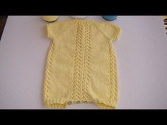 tutorial para hacer a dos agujas un Pelele de bebé 2-4 meses, e instrucciones en la web Diy Crafts Knitting, Knitting For Kids, Baby Knitting, Tricot Baby, Baby Overall, Romper Suit, Bebe Baby, Crochet Baby Shoes, Knitting Videos