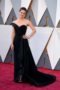 Gala de los Oscars 2016: Jennifer Garner escogió el negro para la gala y apostó por un Atelier Versace de un sólo hombro.