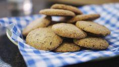 Dagelijkse kost - chocolate chip cookies Super lekkere koekjes! Laat je zeker niet afschrikken als je geen keukenrobot hebt, want deeg kneden met je handen gaat even goed. Zijn je koekjes niet allemaal dezelfde grootte of perfect rond? Who cares?! Jouw artisanale koekjes zijn zeker de beste ;)