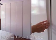 reforma de una vivienda con un cómodo armario de 5 puertas lisas, terminación polilaminado sin tiradores con ranura uñero Ikea, Interior Design, Furniture, Home Decor, Flush Doors, Built In Robes, Wardrobe Design, Hidden Closet