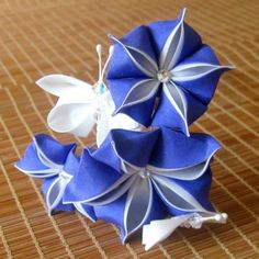 i might need to buy a book on kanzashi. Cloth Flowers, Satin Flowers, Diy Flowers, Fabric Flowers, Paper Flowers, Ribbon Art, Diy Ribbon, Ribbon Crafts, Flower Crafts