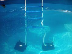 Goma de protección para evitar dañar el liner de las piscinas desmontables. La parte de la escalera que descansa sobre el liner lleva una protección para evitar dañarlo. Refuérzala para que no se mueva con cinta adhesiva o coloca debajo una base de goma. Trata de evitar que cualquier parte metálica de la escalera llegue a presionar el liner. Podría perforarlo. Más trucos como éste, en nuestro blog :)