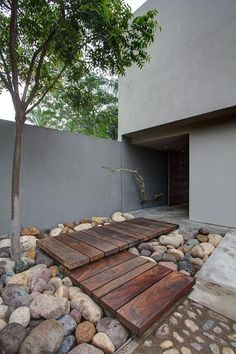 Admirable Modern Front Yard Landscaping Ideas - Page 20 of 34 Modern Front Yard, Front Yard Design, Modern Entrance, House Entrance, Entrance Ideas, Front Yard Walkway, Front Yard Landscaping, Wood Walkway, Walkway Ideas