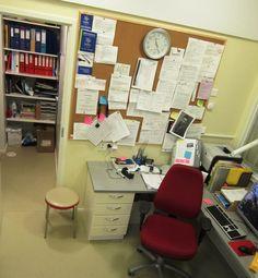 Nikulan toimisto sellaisena kuin se on arkena ja sunnuntaina. Tästä kohtaamispaikasta henkilökunta siirtyy työnjaon jälkeen asukkaiden hyvinvoinnista huolehtimaan.