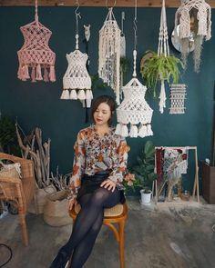 Foto& van по-ТВОРИМ МАКРАМЕ macrameonelove веревки ш. Macrame Wall Hanging Patterns, Macrame Projects, Funky Furniture, Boho Decor, Fiber Art, Boho Fashion, Hand Weaving, Creative, Handmade