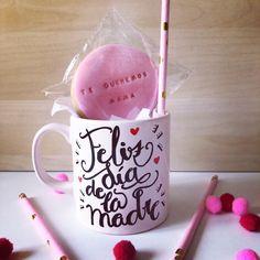 taza para madres. El regalo perfecto para el día de la madre. La taza para mamá. Una taza personalizada y pintada a mano con pintura resistente a los lavados. (apta para microondas). SHOP ONLINE: WWW.MOS-TAZA.COM
