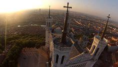 LyonVue sur la basilique Notre-Dame de Fourvière au coucher du soleil à Lyon. Pour la petite histoire,cet édifice religieux doit sa construction au fait que les Prussiens n'aientpas occupé la ville lors de la guerre de 1870.En effet, l'archevêque avait promis à ses ouailles de bâtir une basilique en l'honneur de Notre-Dame de Fourvière si Lyon était épargnée par la guerre. >>Matériel utilisé: non renseigné