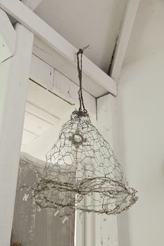 Very cool idea for old chicken wire - Shabby soul: Affordable and so chic: Praire style again Chicken Wire Art, Track Lighting Fixtures, Light Fixtures, Deco Boheme, Diy Inspiration, Creation Deco, Chandelier Lamp, Wire Crafts, Lamp Shades