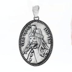 Pandantiv din argint - Vlad Țepes a fost domnitor al Țării Romanesti, respectat atât ca luptător cât și ca voievod ce nu tolera nedreptatea.   Fiind un personaj nu numai istoric, ci și literar și folcloric voievodul a fost ales de scriitorul Bram Stoker ca erou principal al romanului Dracula.  Cod produs: CP2391 Greutate: 11.9 gr. Lungime: 4.60 cm Lățime: 2.70 cm Lapis Lazuli, Pocket Watch, Agate, Topaz, Labrador, Accessories, Character, Pocket Watches, Labradors