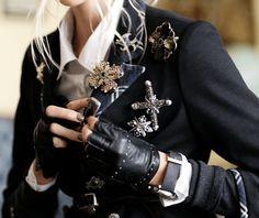 Brosche - trendy fashion accessorize- Very chic! Look Fashion, High Fashion, Womens Fashion, Fashion Design, Retro Fashion, Trendy Fashion, Mode Style, Style Me, Steampunk Accessoires