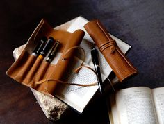 Another Pencil Case Design. Leather Pencil Case, Leather Pouch, Leather Men, Leather Roll, Leather Craft Tools, Leather Projects, Stationery Pens, Pen Case, Leather Fashion