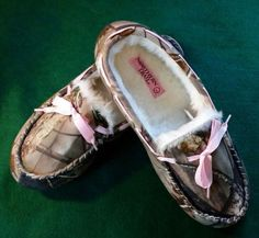 20.87$  Watch now - http://vivrz.justgood.pw/vig/item.php?t=zf0710t50120 - Women's Northern Trail Realtree Camo Moccasins Faux-fur lining Pink