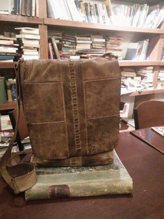Handmade naturel leather messanger bag by Woodcutter