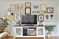 Hide your TV Idea a Gallery Wall. More Gallery Wall Ideas and Inspiration for PIcture Frame Displays. Family picture frame ideas and ornament for displaying your home portraits. Fall Living Room, Home And Living, Living Room Decor, Small Living Room Ideas With Tv, Cozy Living, Modern Living, Tv Wand Design, Wall Behind Tv, Tv Wanddekor