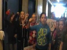 Intimider, c'est assez ! - Lipdub sur un air de LMFAO, par les élèves de 5e de l'école Val-des-Arbres de Laval.