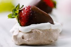 Chocolate Strawberry Pavlova Gourmet Recipes, Cake Recipes, Dessert Recipes, Cooking Recipes, Gourmet Foods, Gluten Free Desserts, Fun Desserts, Strawberry Pavlova, Christmas Desserts