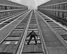 Viel Arbeit: Wie viel 6.500 Fenster sind, kann man erahnen, wenn man diesen... Empire State Building, Railroad Tracks, Architecture, Pictures, Windows, Arquitetura, Architecture Design, Train Tracks