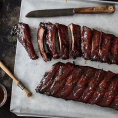 Du willst die perfekten Spare Ribs? Ob vom Grill, aus dem Smoker oder aus dem Ofen: Dieser Guide ist deine Geling-Garantie für saftige Ribs.