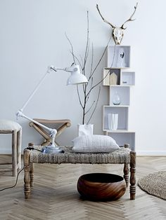 Styl skandynawski od lat cieszy się niesłabnącym uznaniem dekoratorów wnętrz na całym świecie. Dzięki swemu niepowtarzalnemu charakterowi, oświetlenie w stylu Skandynawii pozwala na wykreowanie w domu atmosfery dalekiej i tajemniczej północy. Oświetlenie dekoracyjne duńskiej firmy Bloomingville doskonale wpisuje się w ten kanon. Lampy Bloomingville inspirują do życia w naturze i harmonii. Zobacz przykładowe aranżacje…