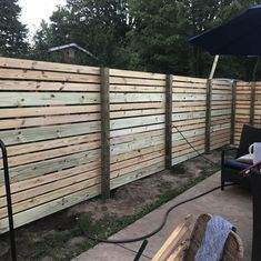 41 Cheap and Easy Backyard Privacy Fence Design Ideas - wholiving Cheap Privacy Fence, Privacy Fence Designs, Backyard Privacy, Diy Fence, Backyard Fences, Backyard Landscaping, Fence Ideas, Backyard Ideas, Garden Fencing