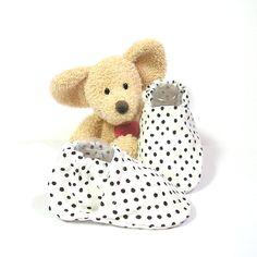 Chaussons bébé souples blancs à pois noirs en coton, doublés en molleton 3/6 mois Tricotmuse : Mode Bébé par tricotmuse