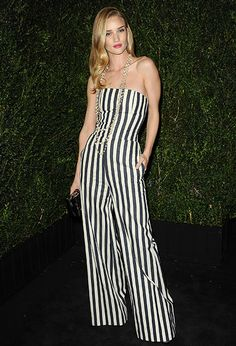 Rosie Huntington-Whiteley, con look a rayas en blanco y negro Rosie Huntington Whiteley, Fashion Casual, White Fashion, Fashion Styles, Celebrity Pictures, Celebrity Style, Vip News, Bustier, Street Style