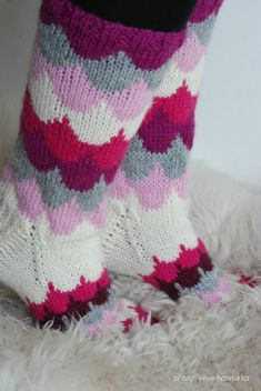 Villasukat matkalaukussa: Pilvenreunalla villasukat. Knitting Socks, Wool Socks, Knitting Charts, Knitting Stitches, Knitting Patterns, Knit Stockings, Knit Wrap, Diy Crochet, Crochet Socks