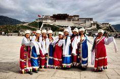 Der Potala Palast war die Winterresidenz des Dalai Lamas, den Sitz jener buddhistischen Lamas, die als Inkarnation des Bodhisatva Avalokiteshvara gelten. Dieser hat einst in Indien auf dem heiligen Berg Pattala, reines Land, gelebt.