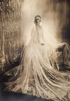 Iconic Wedding Dresses from Every Era 2019 Vintage bride. the veil! The post Iconic Wedding Dresses from Every Era 2019 appeared first on Vintage ideas. Antique Wedding Dresses, Vintage Wedding Photos, 1920s Wedding, Vintage Bridal, Wedding Bride, Vintage Dresses, Vintage Outfits, Wedding Attire, Vintage Weddings