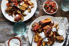 Pastinaak, zoete aardappel en aubergine op bakplaat leggen, met tandoori kruidenmix, 2el olie, snuf zout en peper besprenkelen. Serveer met een frisse tomaat-koriandersalsa en een yoghurtdip. Tandoori Chicken, Chicken Wings, Menu, Olie, Ethnic Recipes, Pray, Food, Eggplant, Tomatoes