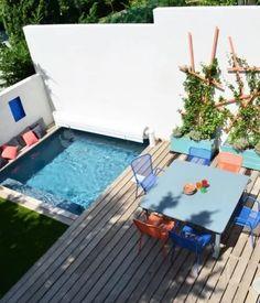 On rêve tous d'une piscine au fond du jardin mais cette terrasse prouve bien qu'il est possible de pouvoir nager même quand notre terrain n'est pas grand.