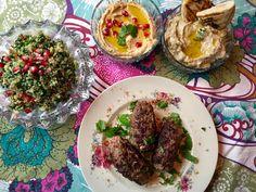 No, nyt päästään asiaan! Karitsan jauheliha ja Lähi-idän maut. Meillä on tapana aloittaa mökkikausi pääsiäisenä. Mukaan tulee aina pari kolme …