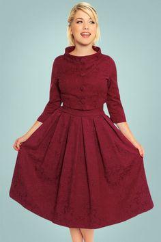 """""""Elegance is the only beauty that never fades"""", deze60s Marianne Jacquard Twin Set in Burgundy ademt pure elegantie!  Tijdloos en klassiek, deze twin set is er zo een die bij iedere gelegenheid je kast verlaat! De jurk heeft een aansluitend lijfje met een elegante ronde hals met een uitsnede, een classy scoop-rug en een flatterende brede tailleband die de taille mooi accentueert. Het bijgeleverde korte jasje heeft flatterende 3/4 mouwtjes en een typische sixties opstaande kraa..."""