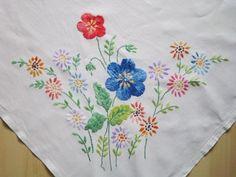 今度フリマで手に入れた古いテーブルクロスの花模様の刺繍は、何だか元気いっぱいのイメージです。多分メインとなる、サテンステッチの大きな花二つの印象が強いせい...