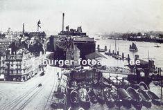 0954043 historische Fotografie von Hamburg Altona -  Blick in die Grosse Elbstrasse von Hamburg Altona - lks. Wohnblocks und in der Bildmitte die Speichergebäude. Im Vordergrund liegen Schuten im Holzhafen, die teilw. mit Brettern beladen sind. Dahinter führt eine Wassertreppe, die sich den Gezeiten anpassen kann zum Schiffsanleger - re. im Hintergrund auf der anderen Seite der Elbe Werftanlagen.