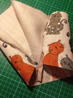 Vetoketju yhdellä ompeleella lyhyiden saumojen väliin. Helpottaa, jos ketju on hieman liian pitkä. Ylimääräinen vain saksaistaan ompelun jälkeen pois. Helmet, Gift Wrapping, Textiles, Sewing, Gifts, Bags, Shape, Gift Wrapping Paper, Handbags