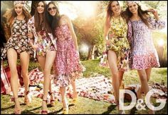 Spring Summer collection of floral patterns, colorful bags, picnic style reminiscent of a fresh spring covers reminds me of the sun. 70s Women Fashion, Foto Fashion, New Fashion Trends, Nyc Fashion, Editorial Fashion, Fashion Outfits, Fashion Styles, Moda Floral, Top Models