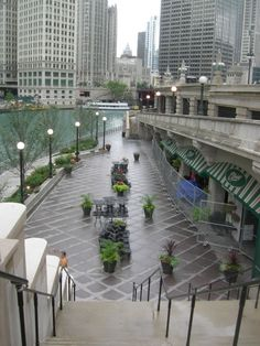 Chicago Riverwalk entre Lake Shore y Franklin St via Chicago Riverwalk, Chicago City, Lake Shore, My Kind Of Town, River Walk, Illinois, Sweet Home, Patio, Places